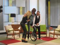Santi Millán intentando andar en monociclo en 'Ahora Marta'