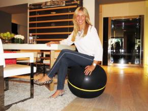 Sentada en una Wellness ball active sitting de Technogym.